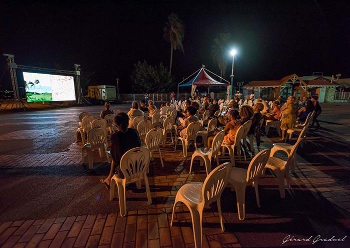 Projection public de nuit dans la ville de Schoelcher du film