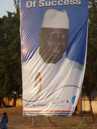 Barnumreclame voor Jammeh, gesponsord door telecomoperatoren.