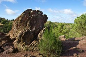 Dans ce rocher, deux amants sont unis pour l'éternité