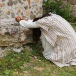 Image of Jesus alone praying in the mountain