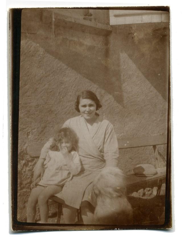Yvonne Depussay avec l'une de ses filles