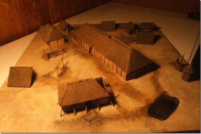 Maquette d'habitat du Haut-Moyen-Age mérovingien