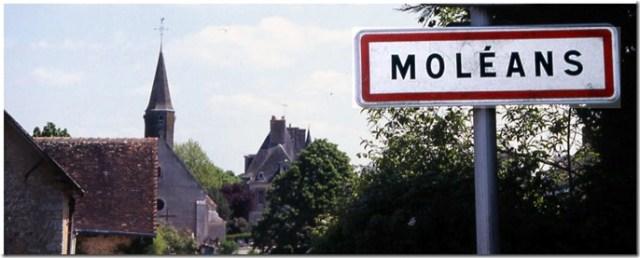 Moléans avec son l'église Saint-Pierre et son château