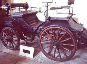 Amedee-Bollee-fils-vis-a-vis-cette-ancienne-automobile-fut-construite-en-1895-300x220 Licence Bollée Historique 3 Lorraine Dietrich