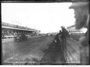 25-6-12, circuit de Dieppe, Bablot sur Lorraine-Dietrich [pendant la course, dans la ligne droite des tribunes]