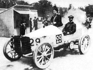 Paris-Madrid_1903_-_Camille_du_Gast_pilots_her_30_hp_De_Dietrich_with_starting_number_29-1-300x225 Camille Du Gast, première femme pilote de course Divers