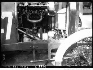 Grand-prix-de-Dieppe-Le-moteur-de-la-Peugeot-300x225 La Peugeot des Charlatans (GP 1912) Divers