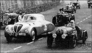 A-droite-la-Simca-5-modifiée-n°-59-dAmédée-lors-des-24-Heures-du-Mans-de-1937-300x175 Simca 5 Spécial Divers