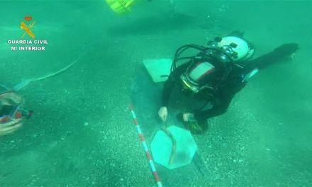 La Guardia Civil recupera restos arqueológicos de un pecio del siglo XIX hundido en la costa malagueña para evitar su expolio