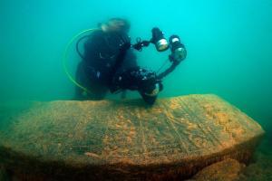 Fotografiado de una lápida Fotografiado de una lápida con unos magníficos relieves. Foto- Tahsin Ceylan (www.tahsinceylan.com)