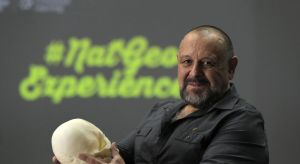 El arqueólogo subacuático Guillermo de Anda sostiene una réplica de un cráneo realizada con una impresora 3D. | ALBERT MARÍN