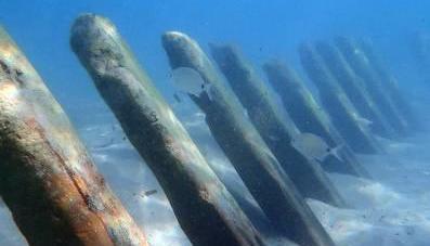 Hallan en una playa de Calp el esqueleto de madera de un antiguo barco