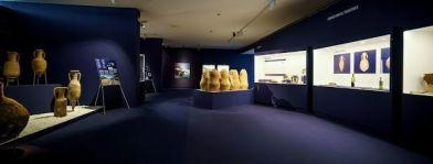 La exposición, abierta hasta el mes de noviembre, consta de 250 piezas distribuidas en 300 metros cuadrados con el sonido de las olas como único hilo musical.   La Voz.