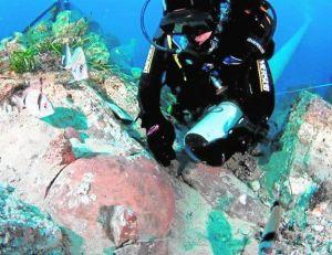 El arqueólogo submarino Juan Pinedo, explorando los fondos marinos del yacimiento del Bajo de la Campana, en La Manga. / LV