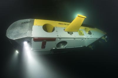 Explorando el fondo marino Vehículo operado a distancia (ROV) explorando el fondo marino. Foto- MMT