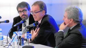 Jesús García Calero, redactor jefe de Cultura de ABC, Luis Lafuente, director de Bellas Artes, y César Antonio Molina, director de la Casa del Lector, en la inauguración de las jornadas - MAYA BALANYÁ