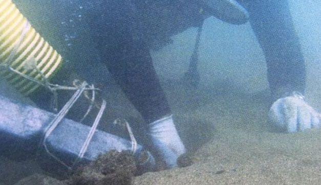 El Burrero acoge un sondeo subacuático para delimitar el área arqueológica de los restos de una embarcación histórica