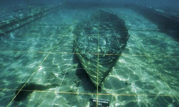 Los arqueólogos preparan el rescate de una barca fenicia hundida en Murcia