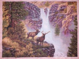 Cuadro bordado a punto de cruz a la venta: ciervos y cascada
