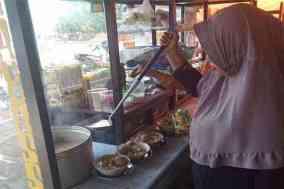 Warung daeng Alle, Sappoang, Kecamatan Binuang, selalu ramai pelanggan
