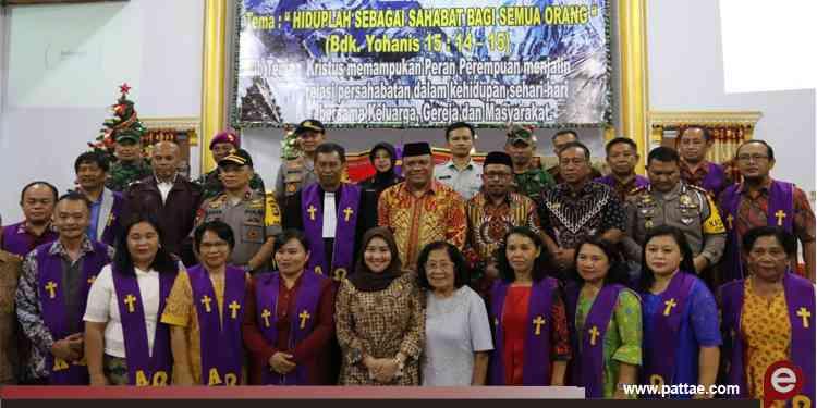 Ka Kanwil Kemenang Sulbar beserta Kapolda Sulbar foto bersama jamaat Gereja pada malam perayaan natal