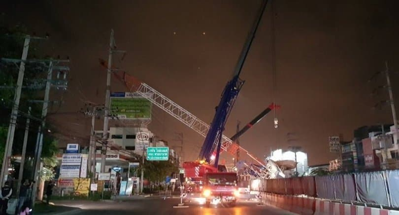 Pink Line crane falls, shutting down Bangkok traffic
