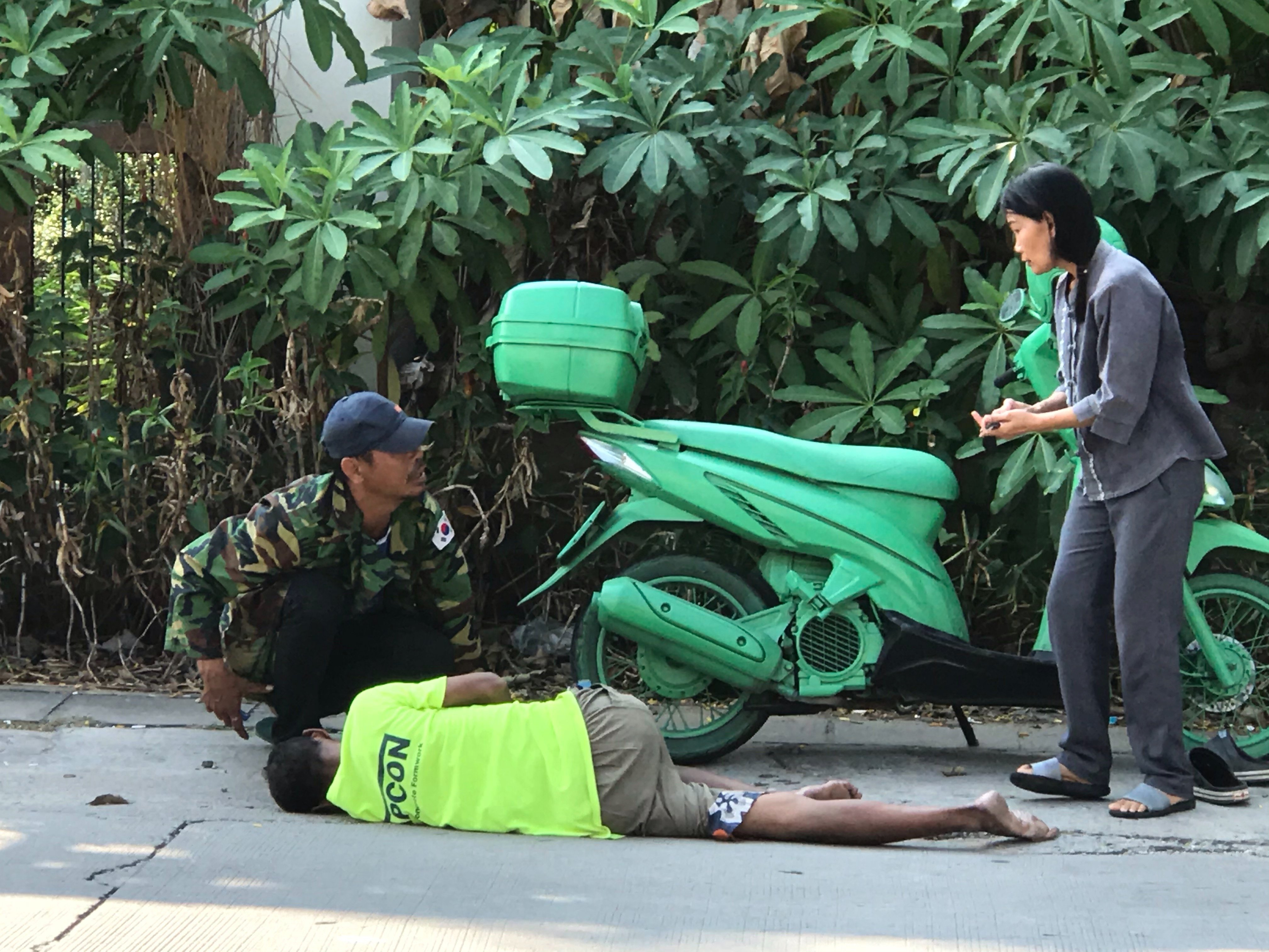 man collapses in soi Khao Noi