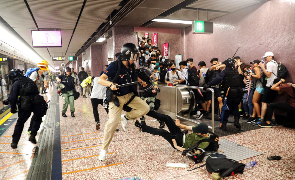 Police attempt to arrest protesters at Prince Edward MTR Station, Hong Kong, Saturday, Aug. 31, 2019. Hundreds of people are rallying in an athletic park in central Hong Kong as a 13th-straight weekend of pro-democracy protests gets underway. Photo: Ring Yu / HK01 via AP