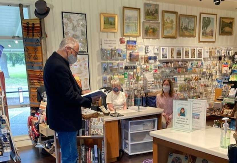 Governor Inslee visiting the Fort Vancouver Bookstore