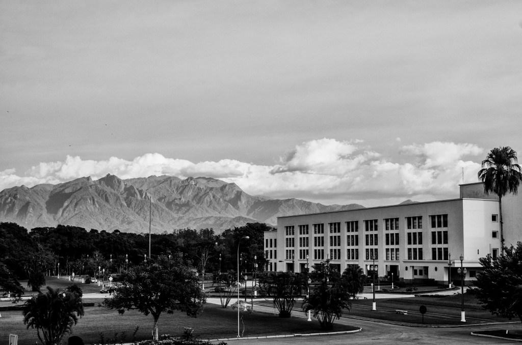 Academia Militar em Resende – RJ. Atrás da academia, é possível ver o Pico das Agulhas Negras.