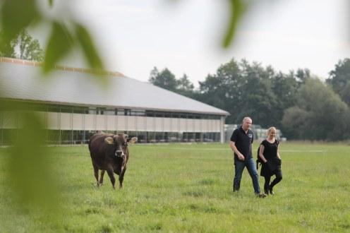 Leonhard Große Kintrup und Joana auf der Weide