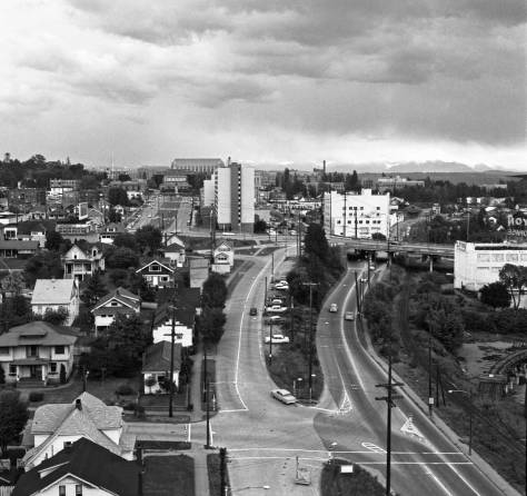 Looking east on N.E. 40th Street to the U.W.Campus from the top of the bridge. By Victor Lygdman