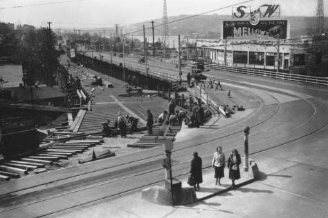 Planking on the temporary bridge with the 1919 University Bridge to the right. The photo was taken (I believe) from the Van de Kamp Bakery building at the northeast corner of 10th Avenue and NE. 40th Street. (See below) [Courtesy, Seattle Municipal Archives]