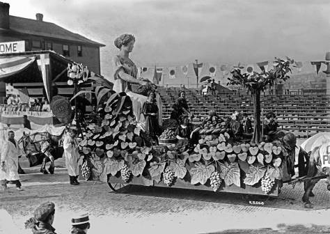 potlatch-parade-1911-fruit-harvest-float-w-mother-earth-review-stand-maslan-web