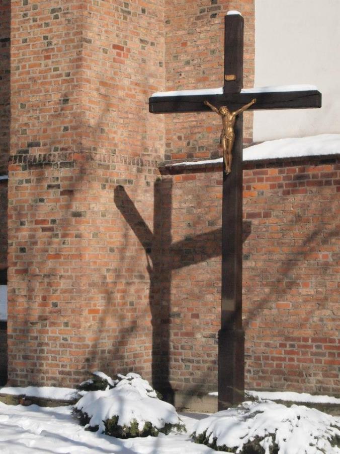 Cruz con un cristo dorano en Poznan