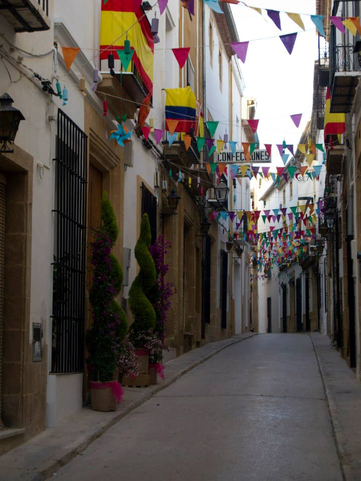 Calle de Jávea decorada con banderines de colores