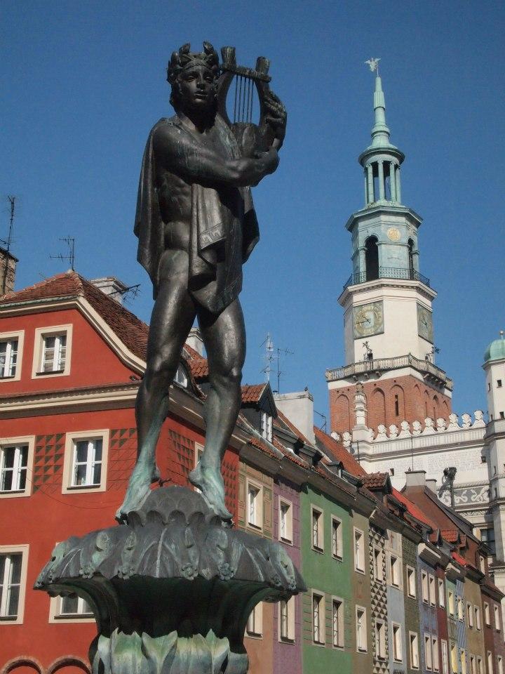 Fuente de Neptuno en la plaza del mercado de Poznan