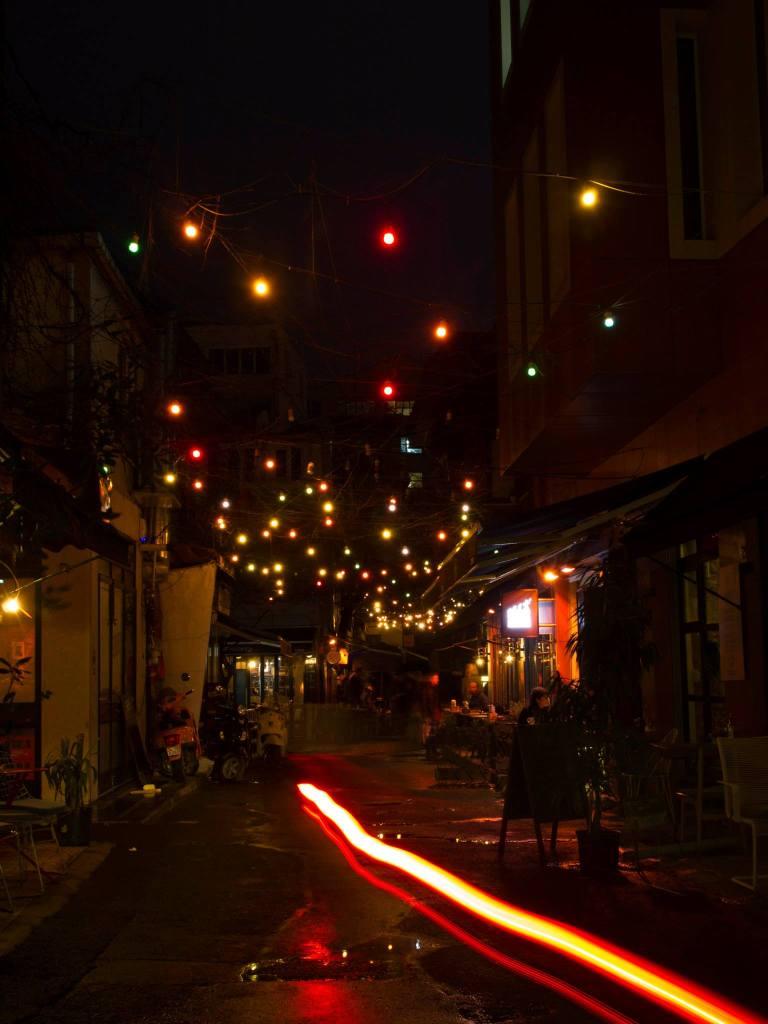 Calle de Estambul de noche con luces de colores