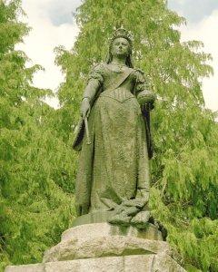 Royal 'rip-off' statue of Victoria at Balmoral!