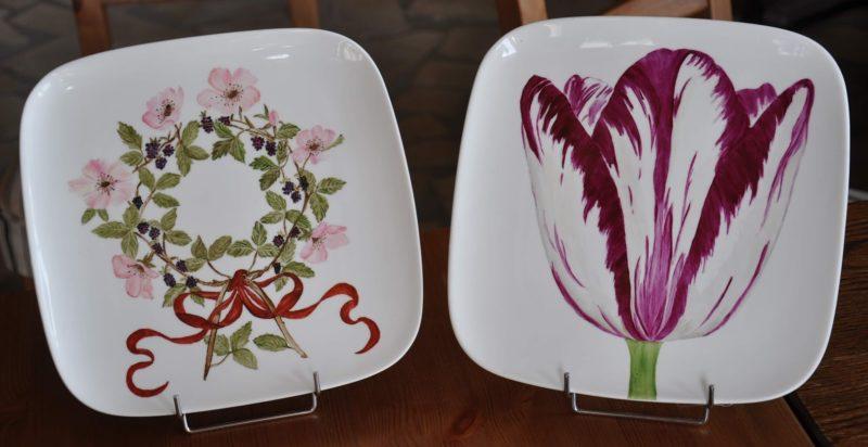 twee borden met bloemen
