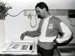 Tilo Geisel bei der Arbeit in der von Zirkelmitstreitern selbst eingerichteten Dunkelkammer im Dachgeschoss der damaligen Gemeindebibliothek, Anfang 1989.