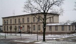 Auch der Bahnhof in Neustadt/Dosse ist gegenüber seinem Ursprungszustand von 1846 erweitert worden. Damals stand nur der Mittelteil.
