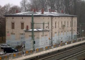 Der Friesacker Bahnhof liegt einige Kilometer nördlich der Stadt mitten im Havelländischen Luch. In früheren Zeiten gab es bisweilen heftigen Streit darüber, ob die Bahn das Monopol über Kutschfahrten für Reisende nach Friesack beanspruchen dürfe, oder nicht.