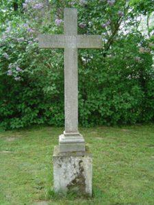 Eine unbedingte Sehenswürdigkeit sind auch die Grabstätten der von Knoblauchs auf dem Pessiner Friedhof. Auch Pauline von Knoblauch, der Paulinenaue seinen Namen verdankt, liegt hier begraben.