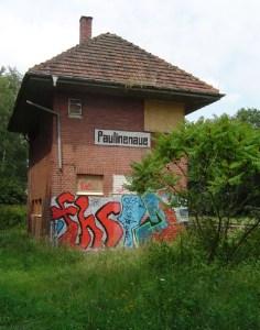 Erste Spuren hinterließ FHC bereits vor einigen Jahren. Die Aufnahme des Stellwerks im Lindholz aus dem Jahre 2004 zeigt ein frühes Werk des Sprayers.