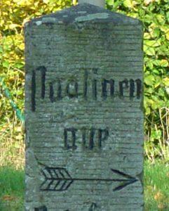 Der einzige nach Paulinenaue zeigende Wegstein der Welt steht in Brädikow. Fünf Kilometer beträgt die Entfernung zwischen den beiden Orten.