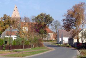 Die Pessiner Kirche wurde 1739 erbaut. Das Familienwappen Pauline von Knoblauchs im Innern der Kirche sollte jeder Paulinenauer einmal gesehen haben.