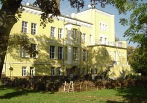 Selbelang besitzt ein cremefarbenes Herrenhaus, das 132 Jahre alt ist.