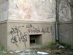 """Derbe Sprüche am Bahnhofsgebäude zeigen einen Wandel der Einstellung zum Thema und deuten auf ein zunehmendes Problem hin: Grafittischmierereien. Eine """"Werkschau"""" des penetrantesten Paulinenauer Sprayers erscheint in Kürze auf diesen Seiten."""