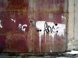 Und by the way - ein expressionistischer Versuch am alten Heizhaustor. FHC nimmt alles mit, was nicht bei drei auf den Bäumen ist.
